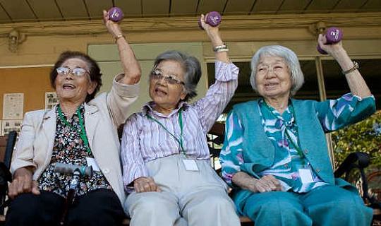 उनके नब्बे के दशक में लोगों को अच्छी तरह उम्र बढ़ने के रहस्यों को उजागर