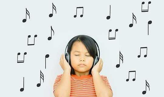 كيف العلاج بالموسيقى يمكن أن تساعد الأطفال القلقين
