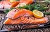 سمك السلمون المستزرع أصبح الآن عنصرا أساسيا في النظام الغذائي - لكن ما يأكلونه أمر مهم للغاية