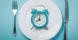 هل الصيام المتقطع هو أفضل من النظام الغذائي التقليدي لتخفيف الوزن؟