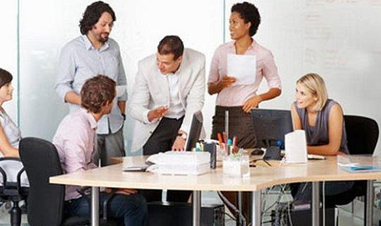 دفتر کے کارکنوں کو دو گھنٹوں کے لئے ایک دن کے لئے ان کی میز سے کھڑا ہونا چاہئے