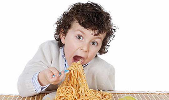 Als je kinderen geven te veel eten, zullen ze veel eten