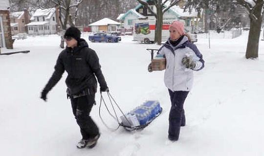 Akitoa maji ya chupa katika Flint mwezi Januari. Michigan State Police / Flickr, CC BY-ND