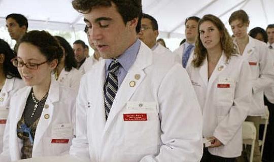 सामना कर रहे एक चिकित्सक की कमी, हम मौके पर मेडिकल स्कूल ग्रेड्स छोड़ सकते हैं?