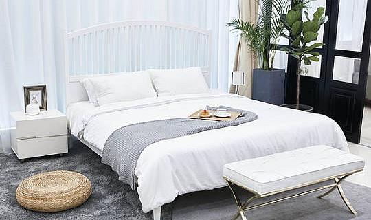 कैसे शांति और सादगी के एक ओएसिस में अपने बेडरूम व्यवस्थित करने के लिए