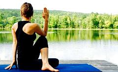 Wie Yoga am Arbeitsplatz Rückenschmerzen und kranke Tage reduzieren kann