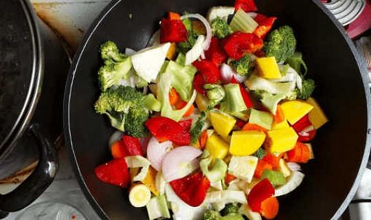 स्वस्थ भोजन चुनने पर आपके परिवेश की सहायता या आपके खाने के विकल्प को निरस्त कर सकते हैं