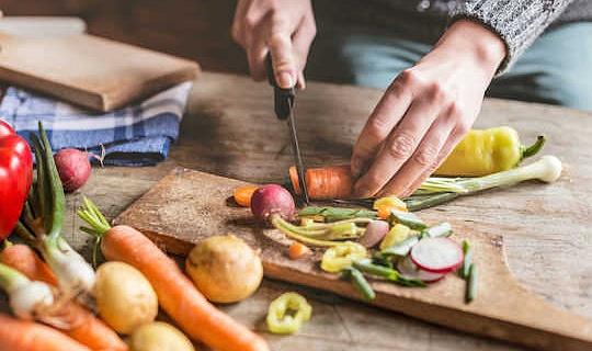 Como chefs e cozinheiros domésticos estão rolando os dados sobre segurança alimentar
