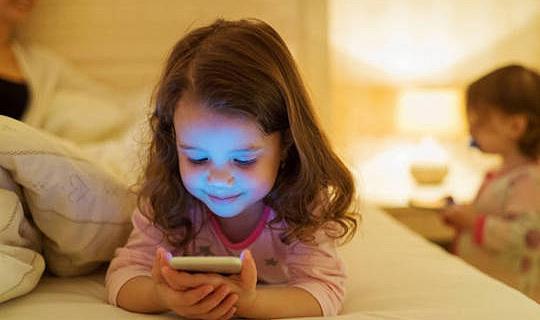 夜間光線如何能破壞兒童的晝夜節律