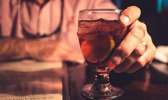 どのようにアルコールのカロリーがあなたのウエストラインで終わるか