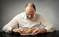 Warum manche Leute zu viel essen, wenn sie verärgert sind