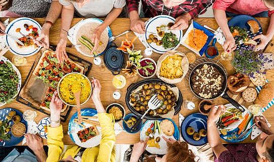 肉を食べるのを減らすために人を奨励する5の方法