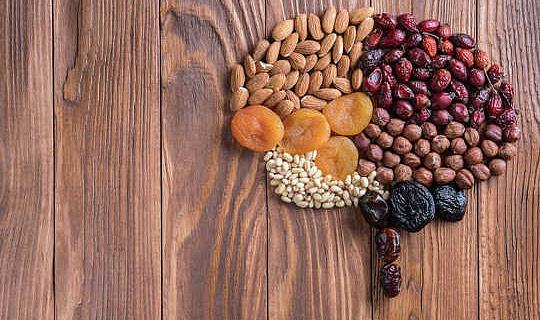 आपके मनोवैज्ञानिक कल्याण को बढ़ाने के लिए खाद्य पदार्थों के 5 प्रकार