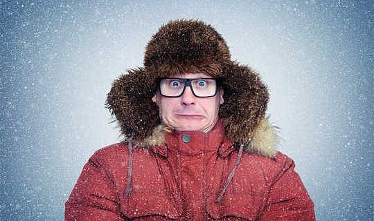 ¿Llevar el abrigo al interior te hará sentir más frío afuera?