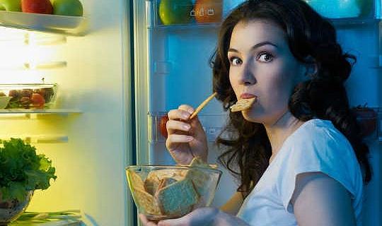 کیا رات کو کھانے میں آپ کو موٹی بنا دیتی ہے؟
