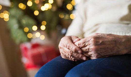 Hoe 'n program kan help om eensaamheid in ou mense teen Kersfees te beveg