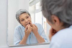 La enfermedad de Alzheimer está relacionada con la enfermedad de las encías, pero la mala salud bucal no es la única culpable