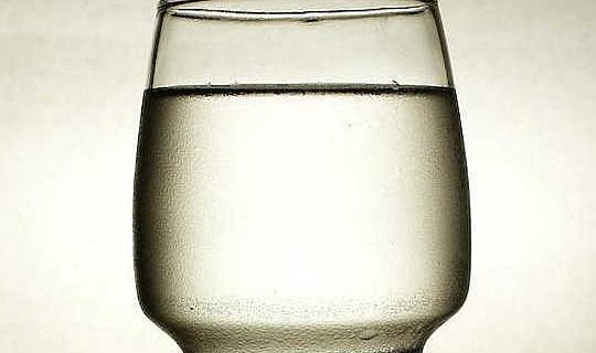 پانی کی آٹھ دن کی شیشے کیوں پیڈ کرنے کی تجویز کیوں ایک میڈیکل مکہ ہے