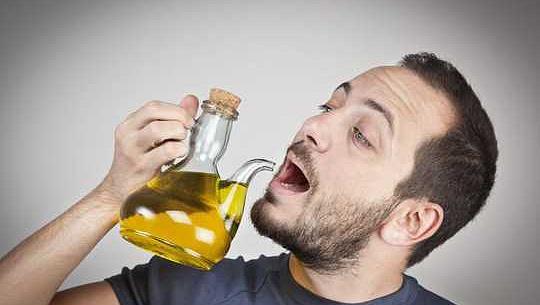 장수하는 지중해 방법-매일 올리브 오일 한 잔을 마셔