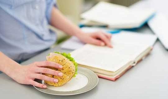 您應該吃什麼來幫助您的大腦表現