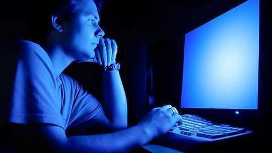 푸른 빛은 안구 피로와 수면 손실의 주요 원인이 아닙니다