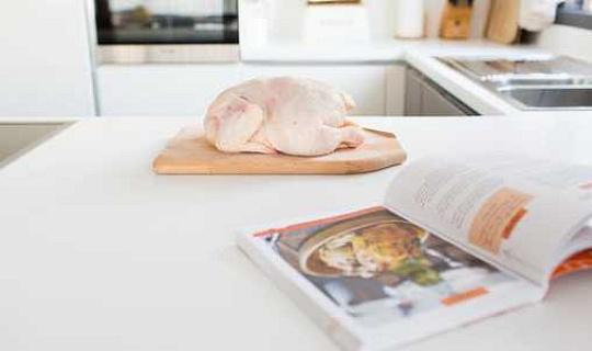 Pass auf, das Kochbuch könnte dir Salmonellen geben