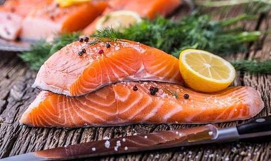 養殖鮭はダイエットの主食になりました - しかし、彼らが食べるものはあまりにも重要です
