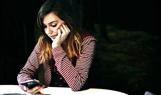 För äldre tonåringar kan telefonberoende förutsäga depression