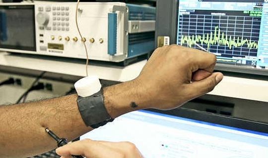 Dieses uhrenähnliche Gerät schützt Herzschrittmacher vor Hackern