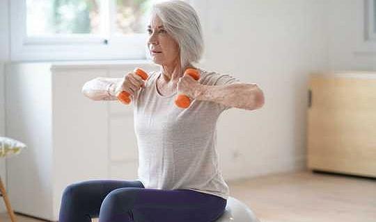 कैसे पुराने और पुराने स्वास्थ्य की स्थिति वाले लोग घर पर सक्रिय रह सकते हैं