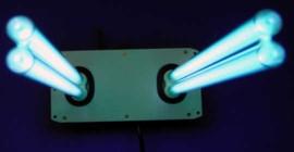 यह फ़िल्टर रहित सिस्टम हवा को साफ करने के लिए फ्लोरोसेंट लाइट का उपयोग करता है