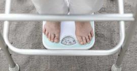 چگونه می توان علائم سوء تغذیه را در بزرگسالان بزرگتر مشاهده کرد