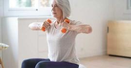 Como as pessoas mais velhas e as que têm condições crônicas de saúde podem permanecer ativas em casa